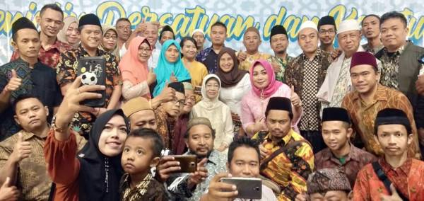 Relawan Jamalaka bersama ibu Noto (ibunda Jokowi) . Hayo admin yang mana ?